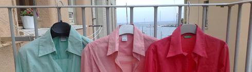 Camicia stesa nell'appendiabiti