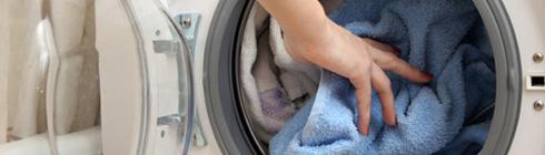 Togliere i panni dalla lavatrice