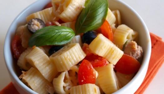 Pasta fresca con mozzarella, pomodori, capperi ed olive nere