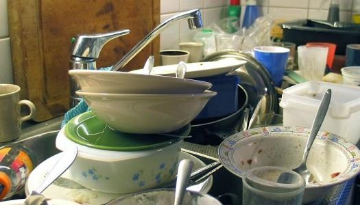 5 modi per far lavare i piatti al tuo coinquilino