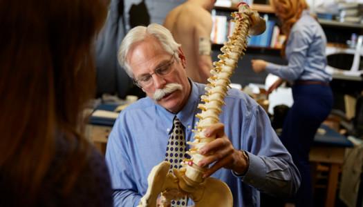 Studenti doloranti, le due posizioni dell'amore contro il mal di schiena